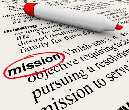objetivo: Una página de diccionario con la definición de la Misión palabra círculo con un marcador rojo para definir una tarea, trabajo, objetivo o plan que desea alcanzar o lograr