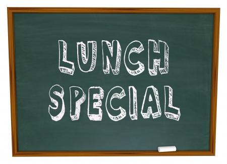 Almuerzo especial las palabras en una pizarra restaurante advertsing un descuento diario de la comida o plato único en una cafetería o restaurante Foto de archivo - 18912059
