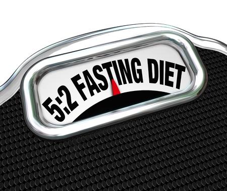 De woorden 05:02 Vasten Dieet op een schaal display om de nieuwe dieet rage of rage symboliseren waar je calorie-inname te verminderen om gewicht te verliezen