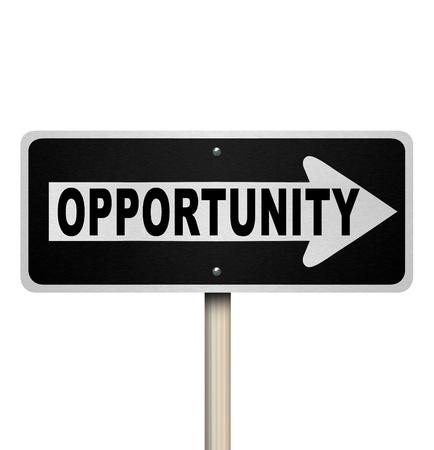 キャリア: 単語の機会と機会や仕事、キャリアや人生で成功するための瞬間を象徴する右を指す矢印の道路標識