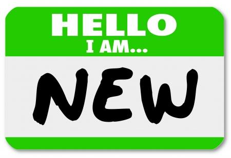 saluta: Un adesivo targhetta verde con le parole Ciao io sono nuovo per un debuttante, tirocinante, nuovo personale a noleggio, newbie, principiante o apprendista