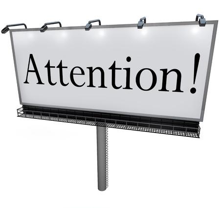 informait: Le mot Attention sur un grand panneau d'affichage de publicit� d'ext�rieur pour communiquer une annonce sp�ciale ou un message urgent pour le public ou les clients Banque d'images