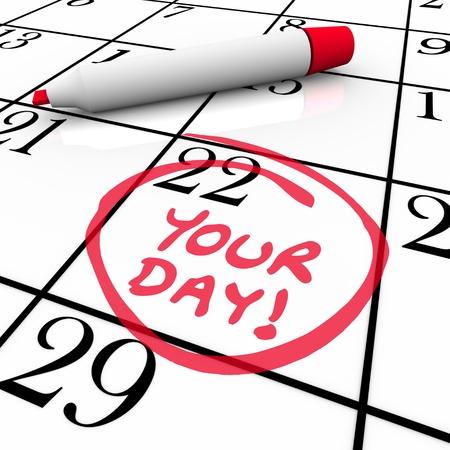De woorden Uw Dag omcirkeld op een kalender met een rode marker om u te herinneren aan een speciale datum, verjaardag, vakantie, vakantie, verjaardag, mijlpaal of tijd om te ontspannen en vrije dagen Stockfoto