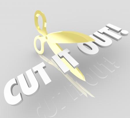 cease: Le parole tagliato fuori e un paio di forbici d'oro a simboleggiare i costi o le spese di bilancio il taglio o l'arresto di un'attivit� Archivio Fotografico