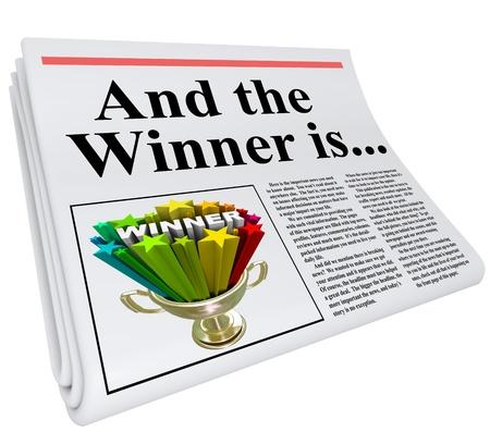 And the Winner Is titolo su un giornale con una foto di un trofeo vincente per celebrare e annunciare che qualcuno ha vinto un concorso, concorso, lotteria o altro programma premio