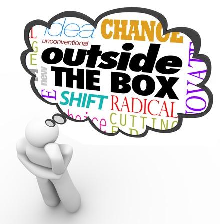 unconventional: Le parole fuori della scatola sopra la testa di una persona a pensare in una nuvola di pensiero, insieme con l'idea di termini, non convenzionale, nuovo, cambiamento, cambiamento, innovazione e creativit� Archivio Fotografico
