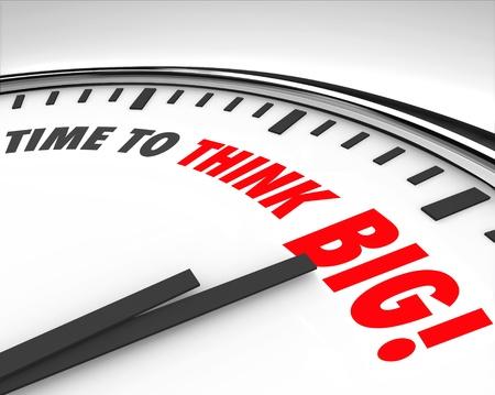 De woorden tijd om te Denk Groot op een klok op de noodzaak om innovatie en creativiteit te ondersteunen om grote dingen te bereiken of het oplossen van een unieke uitdaging of probleem te illustreren Stockfoto