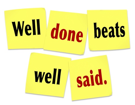 notas adhesivas: Las cotizaciones Beats Well Done bien dicho en notas adhesivas para simbolizar la importancia de los hechos y acciones sobre las promesas y garant�as vac�as Foto de archivo