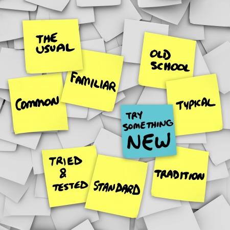 De woorden Probeer eens iets nieuws op een andere kleur notitie van de andere gele noten op een bulletin board te vertellen dat u een verandering in de routine te volgen voor betere resultaten