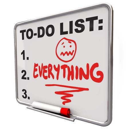 Het woord Alles op een to-do lijst op een whiteboard om u te herinneren aan uw taken, prioriteiten, doelen en doelstellingen Stockfoto