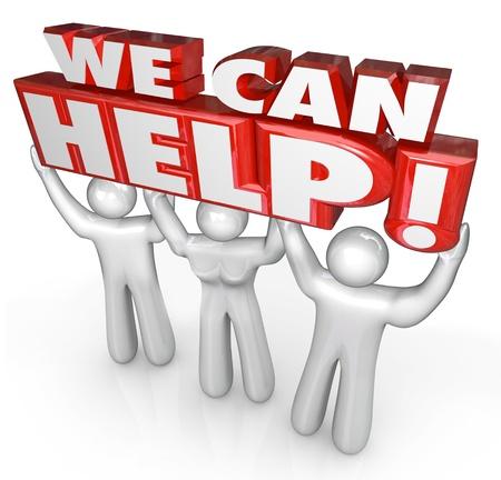 Un equipo de tres personas levantar las palabras nos pueden ayudar a ilustrar la atención al cliente o de servicio para responder a las preguntas o la prestación de ayuda en su momento de necesidad Foto de archivo