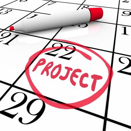circled: La palabra proyecto escrito y un c�rculo en un calendario con un marcador rojo o un bol�grafo para ilustrar empezar o terminar un trabajo o una tarea importante para el trabajo Foto de archivo