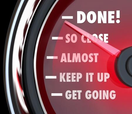 Un tachimetro o indicatore di monitoraggio del tuo successo come si arriva nei pressi di un obiettivo o di destinazione con l'ago che punta alla parola Fatto