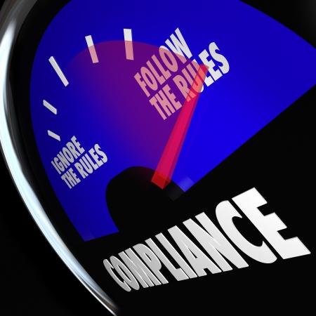 auditor�a: Un indicador de combustible de Cumplimiento con la aguja apuntando a seguir las reglas para ilustrar el incumplimiento de las normas, directrices y normas Foto de archivo