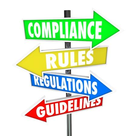 auditoría: Las palabras de cumplimiento, normas, reglamentos y directrices de flecha coloridos señales de tráfico le indiquen que debe cumplir las leyes o normas importantes wih