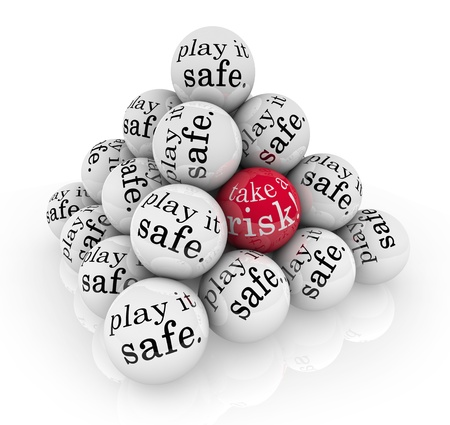 Een piramide van ballen lezen Speel het veilig en een met de woorden Neem een risico te illustreren gaan buiten je comfort zone te stijgen naar een uitdaging om te groeien en te slagen