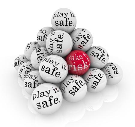 zone: Een piramide van ballen lezen Speel het veilig en een met de woorden Neem een risico te illustreren gaan buiten je comfort zone te stijgen naar een uitdaging om te groeien en te slagen