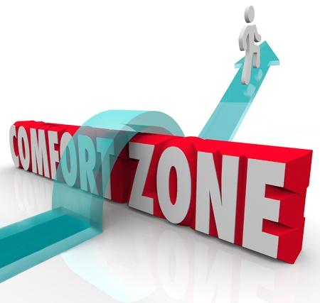 Eine Person springt über, außen und über eine Komfort-Zone, um neue Erfahrungen zu sammeln und wachsen, indem Sie versuchen verschiedene Dinge