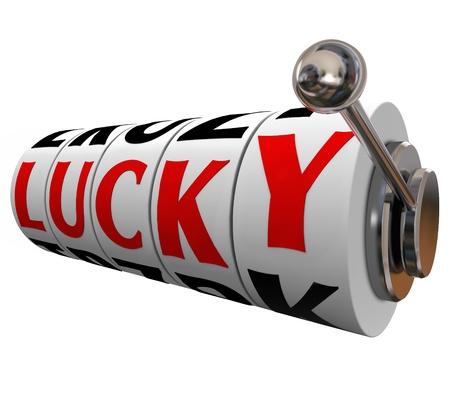 lottery: Het woord Lucky op slotmachine wielen om geluk of geluk in een kansspel zoals gokken in een casino of het zijn geluk in het leven of een carrière illustreren