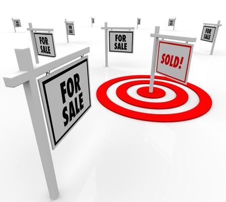 Veel huis voor verkoop vastgoed tekenen en een meting Verkocht in een bulls-eye doel om gerichte marketing te illustreren en de verkoop van een huis