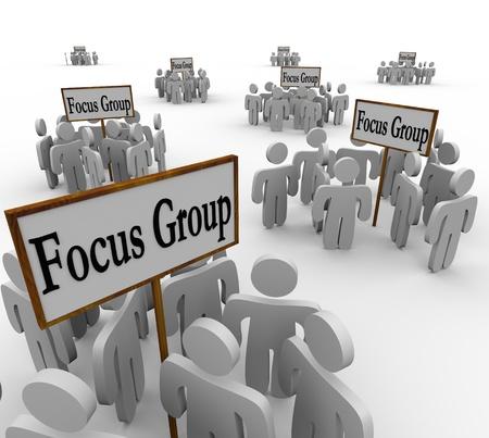Vele groepen klanten vertegenwoordigen een aantal verschillende demografische gegevens verzameld in vergaderingen rond bordjes Focus Group Stockfoto