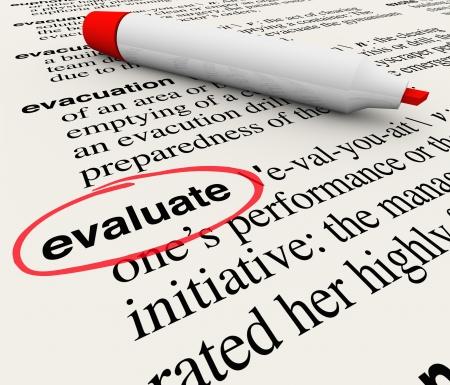 evaluacion: La palabra Evaluar un círculo en un diccionario que da una definición de retroalimentación, evaluación, revisión, clasificación, opiniones, comentarios o críticas Foto de archivo