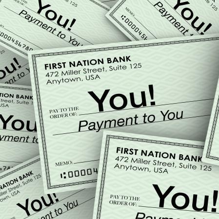 payout: Un mont�n de cheques a usted como pago por el trabajo realizado, los ingresos, comisiones, pago o residuos para compensarle Foto de archivo