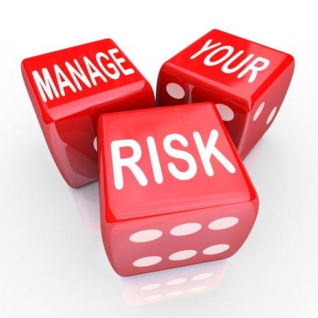 Beheer uw risico op een gevaarlijke wereld, bedrijf, werkplaats of onderneming door de kosten en aansprakelijkheid, geïllustreerd verminderen door deze woorden op drie rode dobbelstenen Stockfoto