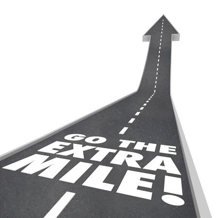 言葉やことわざ改善、増加、ゴールやミッションを達成するために付加的な努力を説明するために上向きの矢印行くと道路上、余分なマイルを行く 写真素材