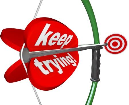 perseverar: Las palabras que seguir intent�ndolo en un arco y una flecha que apunta a un blanco para ilustrar la determinaci�n, la perseverancia, la dedicaci�n, la voluntad y determinaci�n en el logro de un objetivo o ganar un concurso