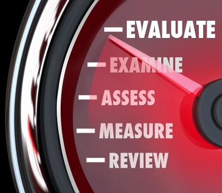 evaluacion: Una revisión del desempeño o evaluación medido en un velocímetro o indicador para evaluar o revisar sus acciones en un trabajo o un examen