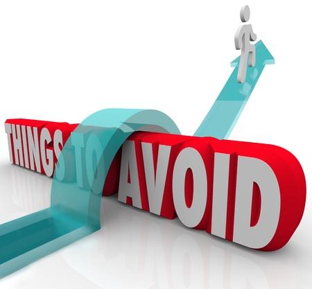 obstaculo: Una persona salta sobre las palabras de las cosas que se deben evitar en una flecha para ilustrar el aumento de un reto a superar un obstáculo