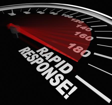 빠른 서비스와 위기에있는 도움말 및 지원의 도착을 설명하기 위해 바늘 경주와 속도계에 단어 신속 대응 스톡 콘텐츠