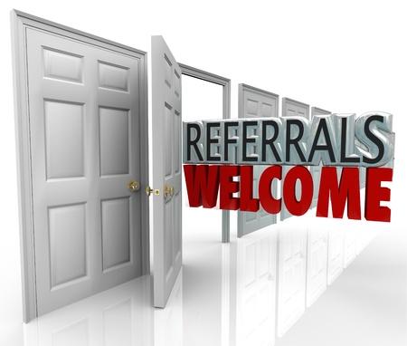 referidos: Las palabras Referidos Bienvenido, saliendo de una puerta abierta para animar a los clientes para referirse amigos y familia a su negocio