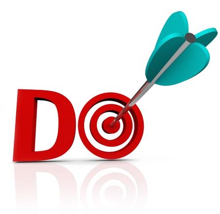 Le mot Do en lettres rouges 3d avec une flèche dans un ?il de b?uf pour symboliser l'action et l'initiative personnelle d'agir dans la réalisation ou l'accomplissement d'un objectif ou d'une mission Banque d'images