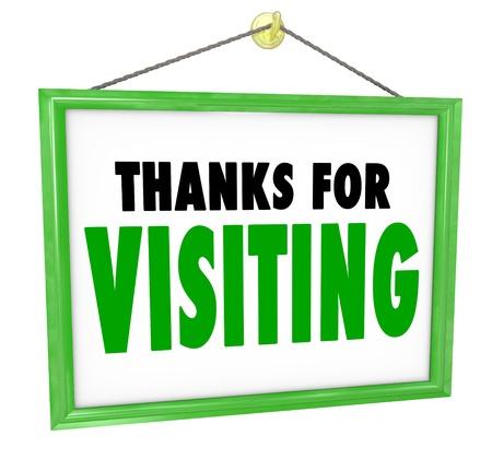 Gracias por visitar colgando signo de una tienda para agradecer, apreciar y expresar un mensaje de gratitud por un cliente o visitante que haya comprado bienes o servicios y esté abandonando o salir del negocio