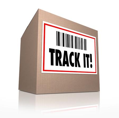 Purchase Order: Las palabras seguirla con c�digo de barras en la etiqueta de env�o del paquete a rastrear el env�o de una caja de cart�n enviada por correo o por servicio de mensajer�a Foto de archivo