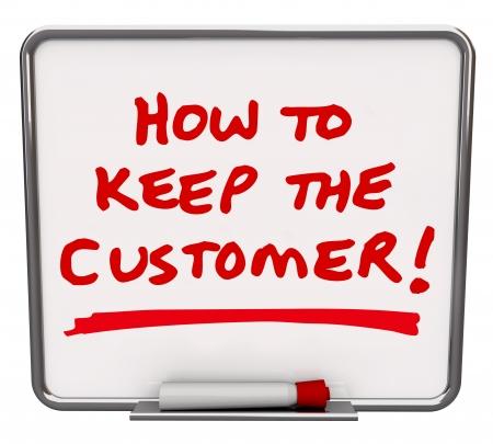 De woorden hoe u de klant schriftelijk in rode marker op een whiteboard om tips en technieken voor het behoud van klanten te delen