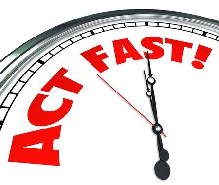 Actúe ahora palabras en un reloj para implorar a tomar medidas con urgencia para aprovechar una oferta especial por tiempo limitado y vencer a un plazo o cronograma Foto de archivo