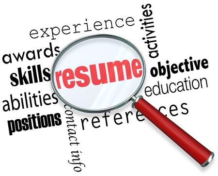 job skills: Una lupa sobre la palabra Reanudar rodeado de t�rminos relacionados como la experiencia, los premios, las habilidades, la educaci�n, los puestos, habilidades, objetivos y m�s Foto de archivo
