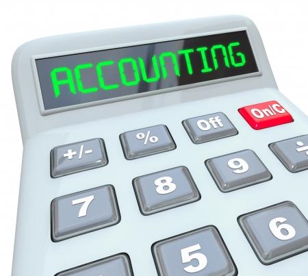 registros contables: La palabra calculadora en la pantalla digital de una calculadora para ilustrar contabilidad, trabajando en un presupuesto o la preparación de impuestos y otros asuntos financieros