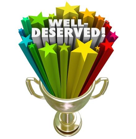 wiedererkennen: Ein Gewinner wird einen Pokal gegeben mit den Worten Well Deserved zu illustrieren als die beste oder top Konkurrenten in einem Spiel oder Wettbewerb gew�hlt Lizenzfreie Bilder