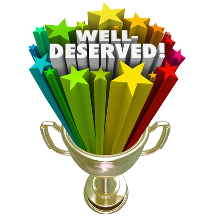 rewarded: El ganador recibe un trofeo con las palabras merecidas para ilustrar ser elegido como el mejor o el principal competidor en un juego o competencia