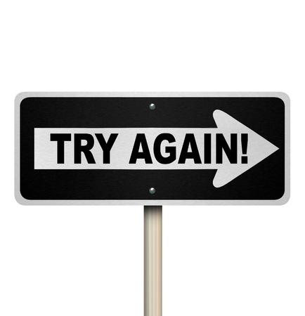 Les mots Try Again sur un panneau routier à sens unique pour illustrer un deuxième ou répétition tentative d'un emploi ou d'une tâche et la volonté de compléter ce que vous avez commencé Banque d'images