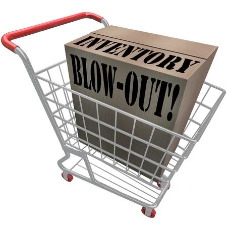 inventario: Inventario palabras Blow-Out en una caja de cartón en un carro de compras para ilustrar venta descuento especial o evento liquidación en una tienda o almacén de productos en exceso overstocked Foto de archivo