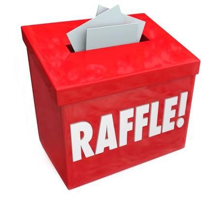 Het laten vallen van tickets in een loterij doos voor een 50-50 of andere fondsenwervende tekening hoop om grote prijzen of geld jackpot te winnen Stockfoto