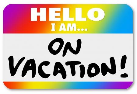 entracte: Les mots Bonjour je suis en vacances sur un autocollant de badge color� pour illustrer s'amusant vacances en vacances, pause, �videment ou un cong� sabbatique