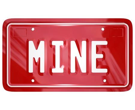 egoista: La palabra m�a en una placa de vanidad licencia de auto rojo para ilustrar la propiedad de un autom�vil