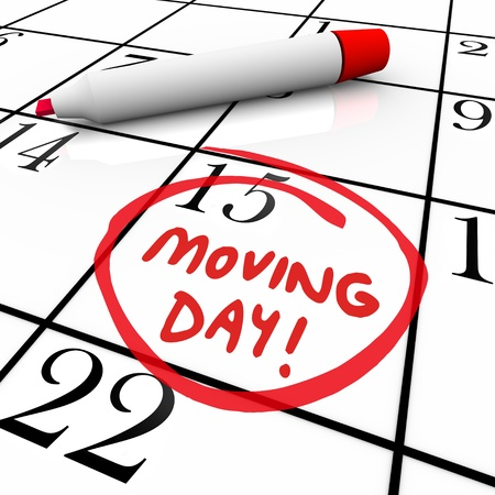 言葉移動日と日付カレンダーで新しい家庭や事業所への移転のための重要な時間のアラームを説明するために赤いマーカーで囲まれています