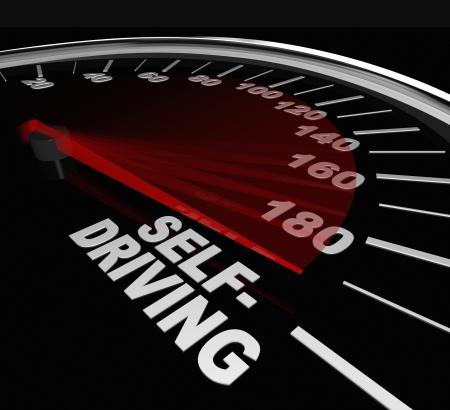 """autonomia: Las palabras """"auto-conducción"""" en el indicador de velocidad del vehículo para ilustrar el auge de los vehículos autónomos para aumentar la seguridad y reducir los accidentes Foto de archivo"""